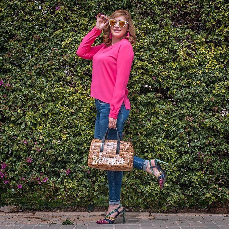 Muy buenas noches!! Este ha sido mi look de esta tarde para salir a tomar café , con mi color preferido Pantone 17-2034 Pink Yarrow, favorecedor, extravagante y estimulante que eleva el espíritu que os parece??? más detalles mañana en www.mypinkworld-conchita.com Gafas vintage: @cheapasssunglasses Pendientes seda: @bysilviabarca Blusa Fucsia: #zara Jeans: #zara Zapatos: #zara Bolso: #bimbaylola #pantone #lookoftheday #pink #sevilla #influencer #moda #look #21buttons #semanasanta #goodnight #asesoradeimagen #personalshopper #cheapasssunglasses