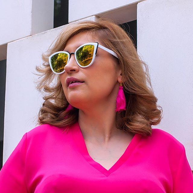 Buenos días!! Para días grises, sonrisas de colores media España de vacaciones y yo me marcho a trabajar Gafas vintage: @cheapasssunglasses Pendientes seda: @bysilviabarca #pantone #lookoftheday #pink #sevilla #influencer #moda #look #21buttons #semanasanta #asesoradeimagen #personalshopper #cheapasssunglasses #goodmorning #gutenmorgen #buongiorno #bonjour